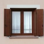 finestra ed oscuri in legno