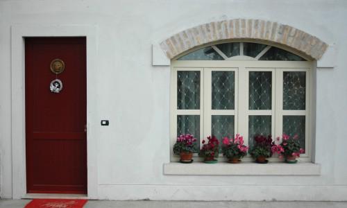 Portoncino in PVC e finestra in PVC con sopraluce ad arco